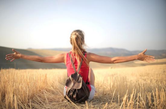 Frau beim Meditieren. Was bringt Meditieren wirklich? Meditieren ist mentales Training