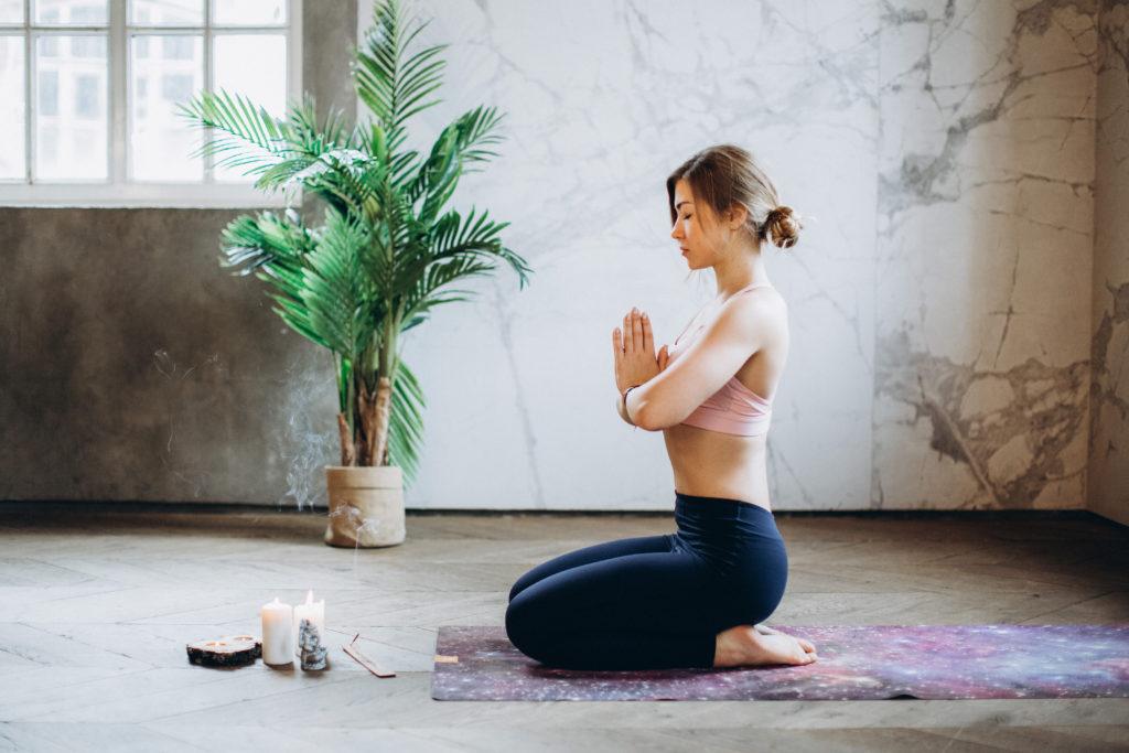 Der Fersensitz beim Meditieren. Geeignet für alle, denen es schwer fällt, die Hüften zu öffnen.