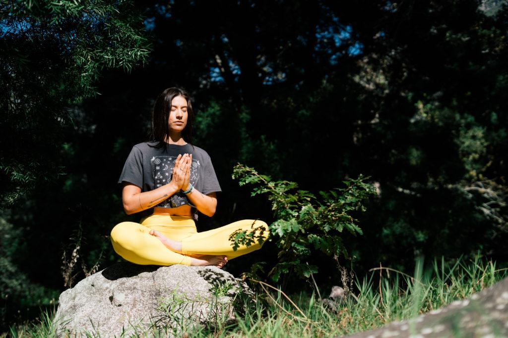 Richtig Sitzen beim Meditieren. Der halbe Lotussitz. Beim dem halben Lotus, wird nur ein Fuß auf dem gegenüberliegenden Oberschenkel abgelegt, der andere Fuß liegt unter dem anderen Oberschenkel.