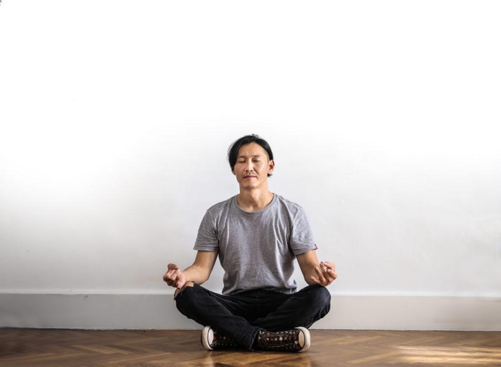 Richtig sitzen beim Meditieren. Der Schneidersitz beim Meditieren. Wenn du eine Hüften leicht öffnen kannst.