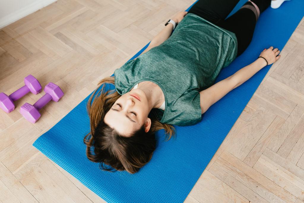 Liegen beim Meditieren. Die Liegeposition. Bei speziellen Mediationen und zu Endentspannung.